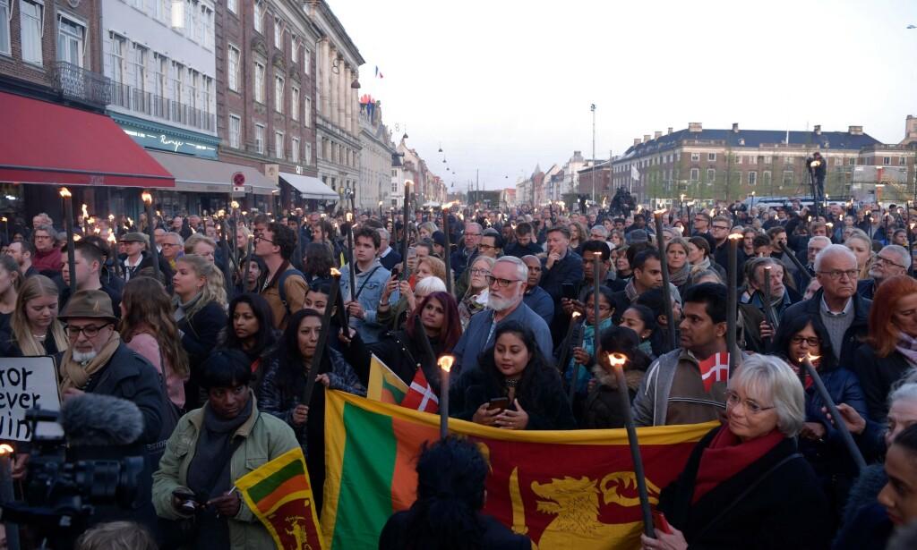 HEDRET: Mange hadde møtt opp for å hedre ofrene etter terroren på Sri Lanka. Foto: Claus Bech / Ritzau Scanpix / AFP