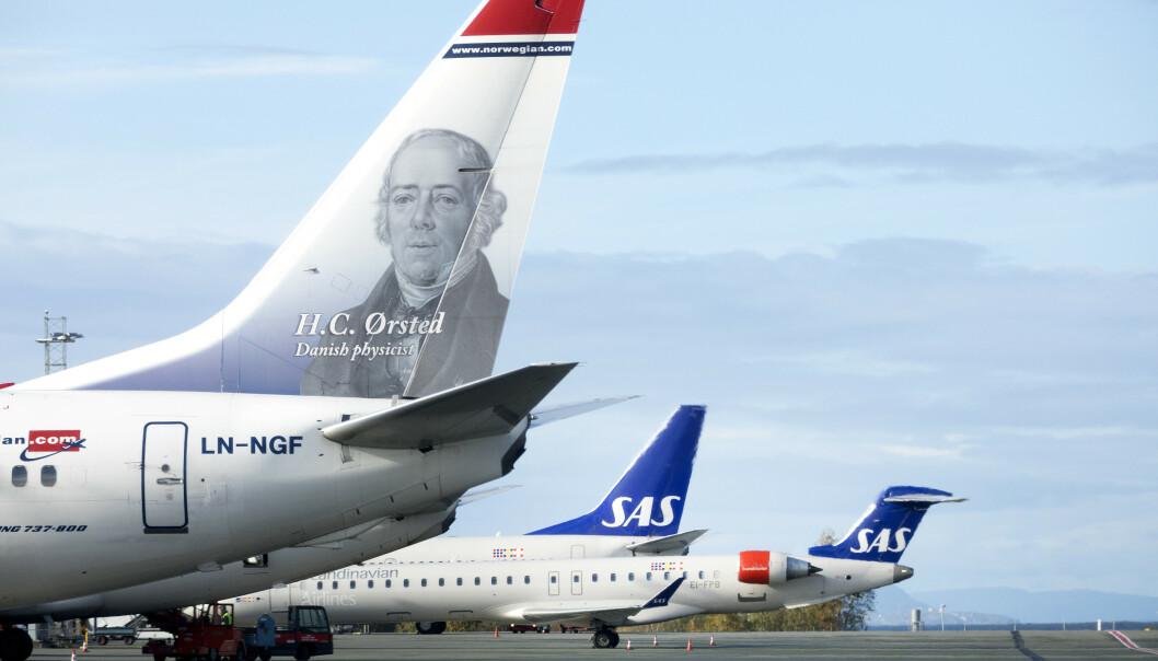 – Vi ønsker selvfølgelig alle velkomne om bord, men ønsker ikke å fungere som reisegaranti for SAS-kunder, sier informasjonsdirektøren i Norwegian. Her er de to selskapenes fly side om side på Trondheim lufthavn, Værnes. Illustrasjonsfoto: Gorm Kallestad / NTB scanpix