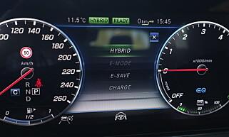 VALGETS KVAL: Bilen starter alltid i hybrid-modus, men du kan tvinge den til å kjøre helelektrisk, spare på strømmen eller lade batteriet også. Foto: Rune M. Nesheim