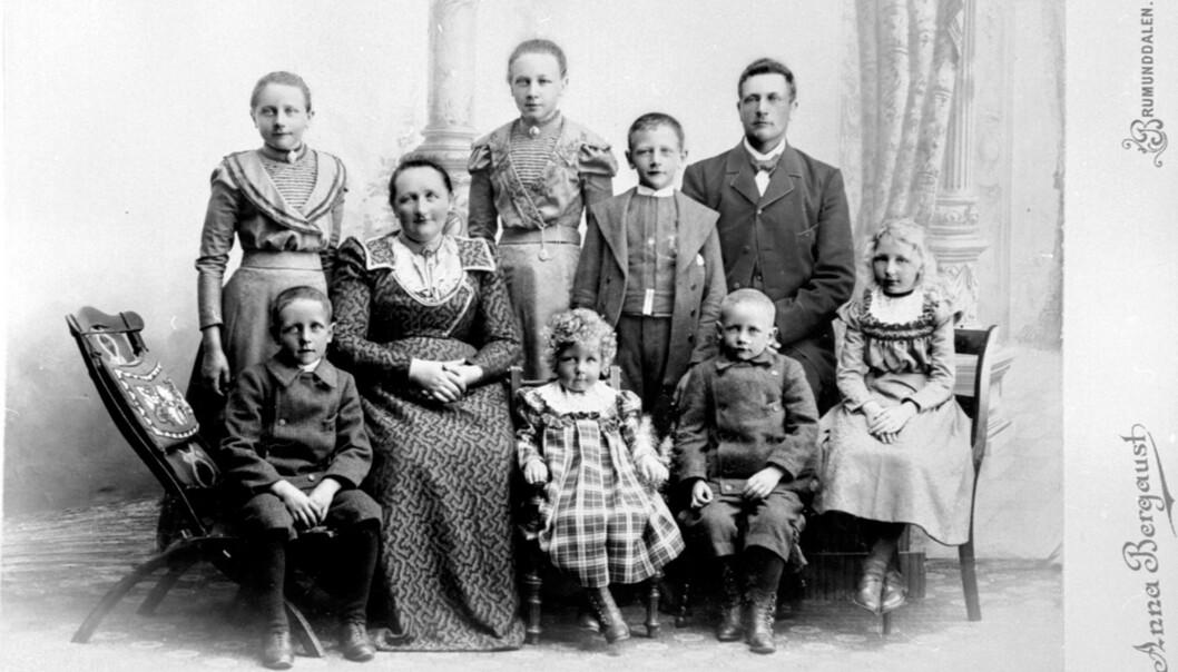 <strong>FAMILIELIKHET:</strong> Med fotomateriale fra langt over 100 år tilbake i tid har man mange spor å følge. Slektskapstestene sier lite alene. FOTO: Anna Bergaust.