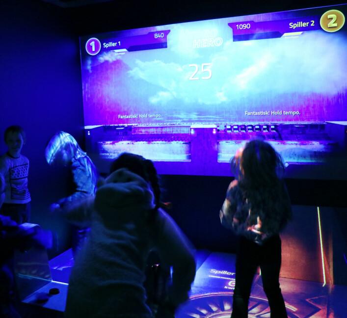 Selv om spillet Hydro Hero kun er for to spillere om gangen, var det alltid minst 3-4 andre barn inne i installasjon som danset, hoppet rundt og fulgte med på skjermen. 📸: Jørgen Jacobsen