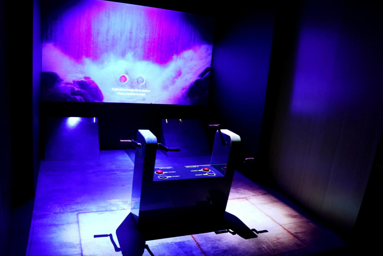 Slik ser selve spillet ut. Hver spiller har to spaker de sveiver på for å lage regnvann. To projektorer viser spillet på både veggen og gulvet, som gir en mer oppslukende opplevelse. 📸: Jørgen Jacobsen