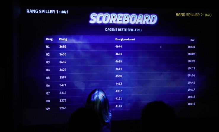 En ung spiller følger spent med på hvor hun havner på highscore-tabellen. En tabell som forøvrig blir nullstilt hver dag, siden rundt 200 spilløkter gjennomføres i døgnet. 📸: Jørgen Jacobsen
