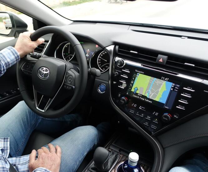 <strong>BEHAGELIG:</strong> Toyota Camry er komfortabel og lettkjørt. Og siden Avensis' tid har Toyota fått dreis på både styring og kjøreegenskaper. Foto: Knut Moberg