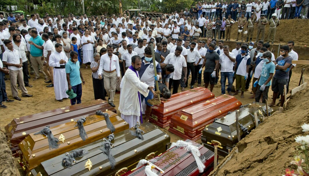 En prest forretter under en begravelse for terrorofre på Sri Lanka. (Foto: AP / NTB scanpix).