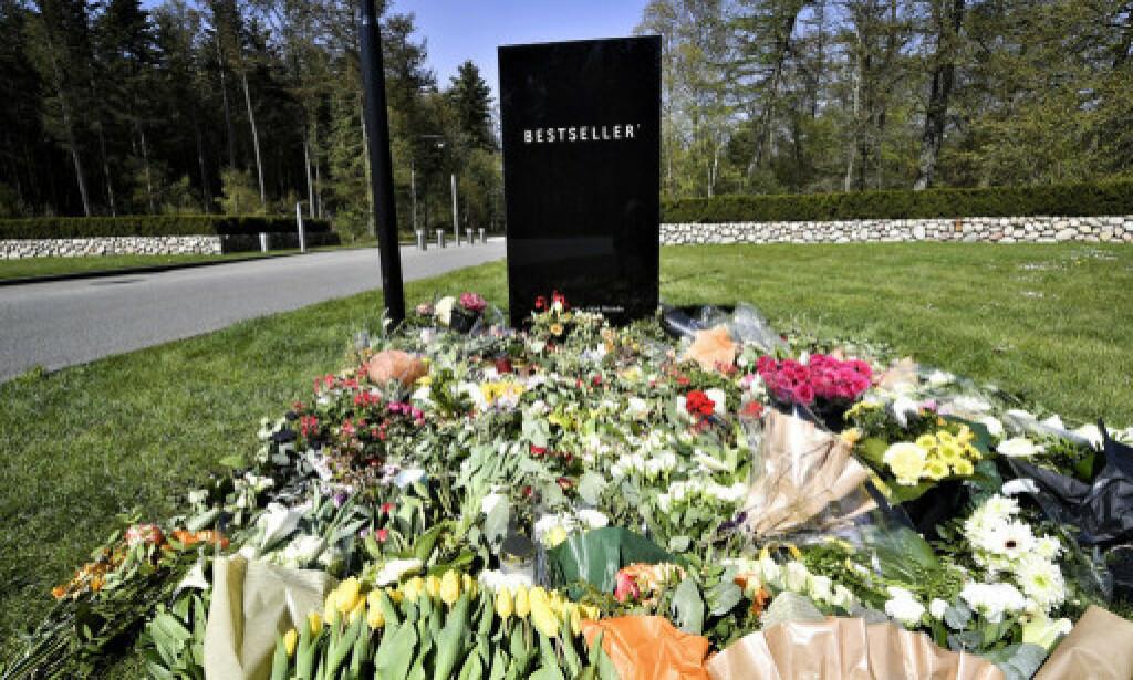 BLOMSTERHAV: Folk legger ned blomster for å vise sin respekt. Foto: Ernst Van Norde / Ekstra Bladet