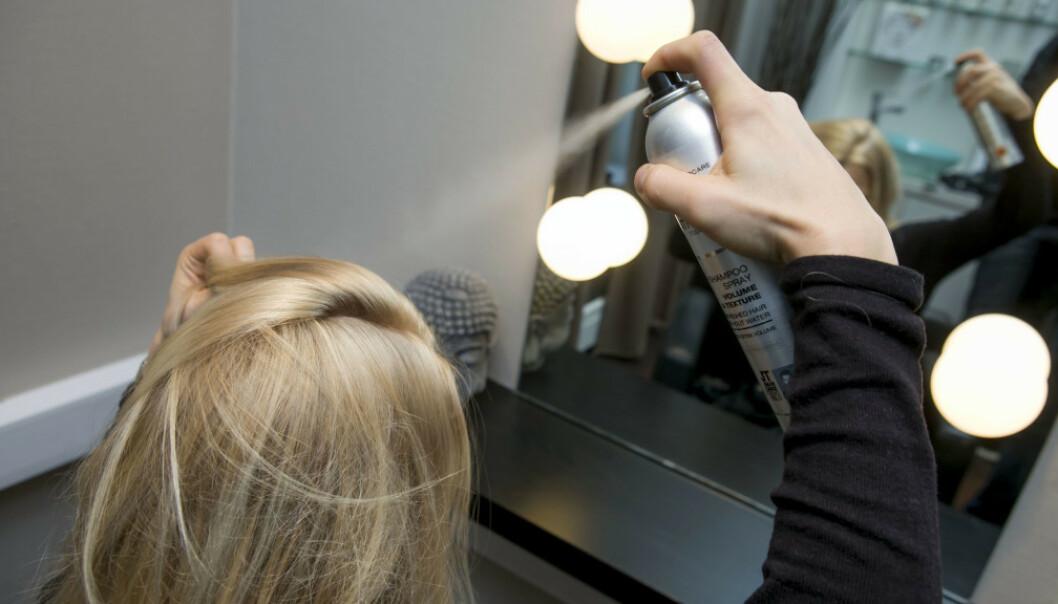 <strong>RIKTIG:</strong> Tørrsjampo skal brukes i røttene. Del også håret inn i seksjoner som vist på bildet, og husk at du skal spraye lett og fra minst 30 centimeters avstand. FOTO: Scanpix