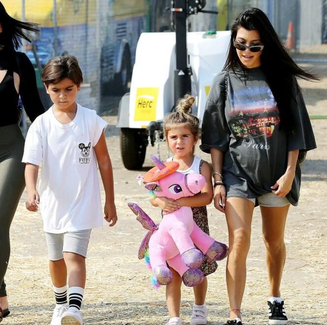 <strong>VAR ALLERGISK:</strong> Kris Jenner fikk en telefon om at barnebarnet Mason ble fraktet til sykehuset etter å ha spist peanøttsmør. Her er Mason avbildet sammen med lillesøster Penelope og moren Kourtney Kardashian. Foto: NTB scanpix