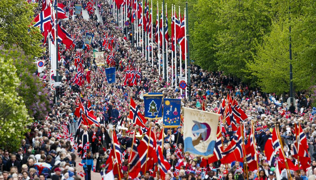 Politifolk på gata skal være klare til å reagere umiddelbart hvis det skulle komme et terrorangrep mot feiringen av nasjonaldagen uansett hvor i landet de er. Her fra 17. mai-toget i Oslo i 2017. Foto: Heiko Junge / NTB scanpix