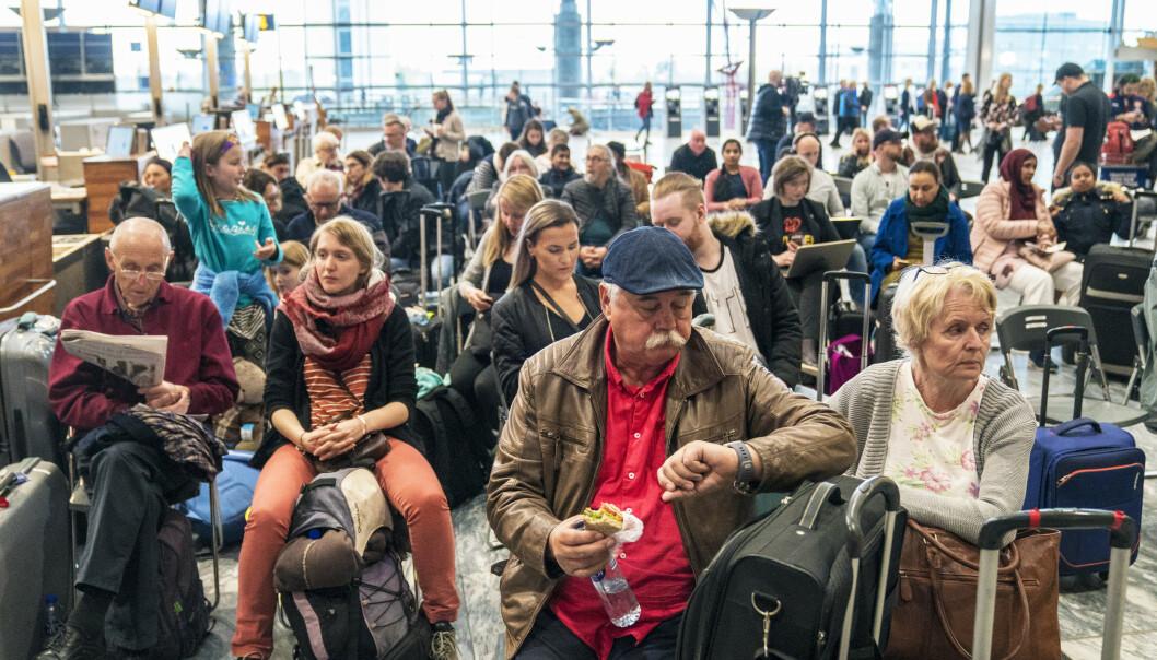 Ansatte fra flyselskapet delte ut mat og drikke til de mange ventende, og det ble satt ut rader med klappstoler i ankomstområdet. Foto: Ole Berg-Rusten / NTB scanpix