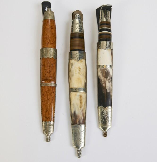 <strong>TIL PYNT:</strong> Staskniver ble gjerne gitt som gaver. Kniven til venstre har bjørkeskaft og bjørkeslire og sølvdekor på både kniv og slire (ca. kr 2000). Kniven til høyre har slire i ben med sølvdekor og treskaft med sølvdekor (cirka. kr 1500 pr. stk). Foto: Jan Larsen