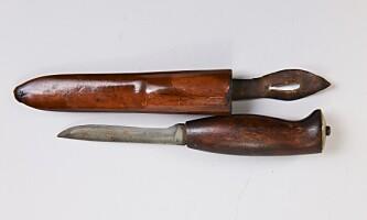 <strong>VELBRUKT:</strong> En kniv som nok har vært brukt daglig, med skaft og slire i en mørk, rødlig tresort (cirka. kr 800). Foto: Jan Larsen