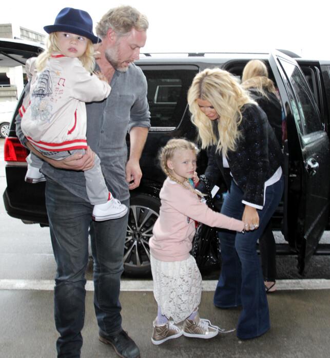 DEN GANG DA: Eric Johnson har john ektemannen har tre barn sammen. Her med sønnen Ace Knute og datteren Maxwell Drew. Photo: NTB Scanpix