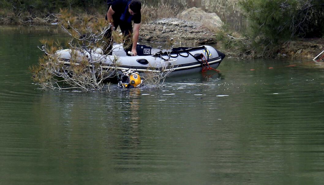 En dykker deltar i søket i en innsjø på Kypros der en mann har tilstått å ha drept og dumpet flere kvinner. Ifølge en politikilde er det funnet en koffert, men det er ikke kjent om kofferten inneholder menneskelige levninger. (Foto: AP / NTB scanpix).