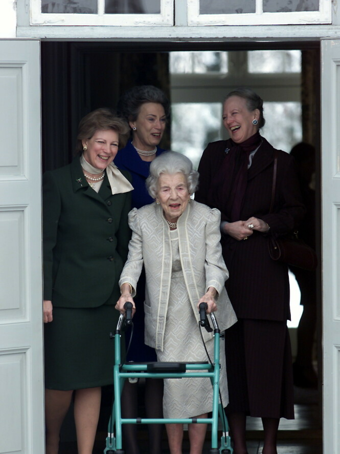 <strong>VISTE MÅTEHOLD:</strong> Prinsesse Benedikte skriver at hun og hennes to søstre, dronning Margrethe og Anne-Marie av Hellas, ble lært opp til måtehold av dronning Ingrid. Her er de sammen under dronningens 90-årsdag i 2000. Foto: NTB Scanpix