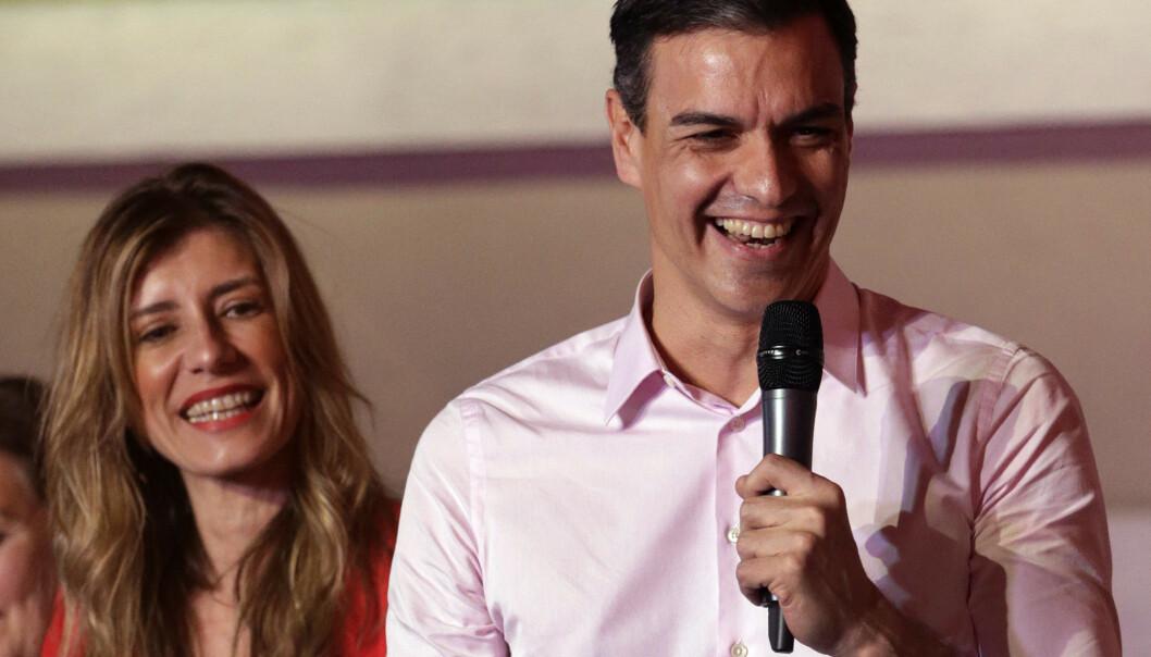 Statsminister og PSOE-leder Pedro Sanchez har to alternativer når han nå skal danne regjering, ifølge eksperter. Her er han sammen med kona Maria Begona Gomez. Foto: Andrea Comas / AP / NTB scanpix