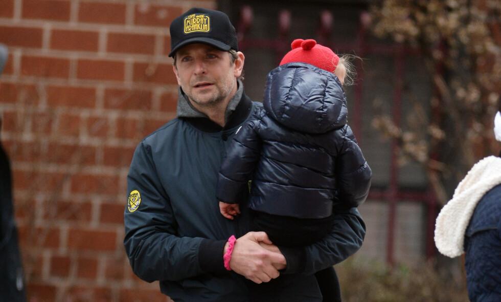 LYKKELIG FAMILIE: Etter at Bradley Cooper fant lykken med Irina Shayk, har de to fått datteren Lea sammen. Her er far og datter ute på tur i New York i januar. Foto: NTB Scanpix
