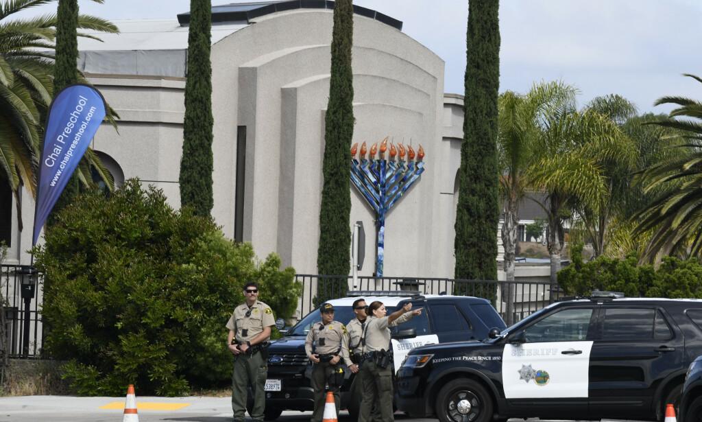 Politifolk foran synagogen i Poway som ble angrepet av en væpnet mann lørdag. Foto: Denis Poroy / AP / NTB scanpix