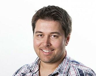 SIKKERHETSRISIKO: Bjørn Eirik Loftås forteller at man risikerer dataangrep om man ikke oppdaterer nettleseren ofte nok. Foto: Per Ervland.