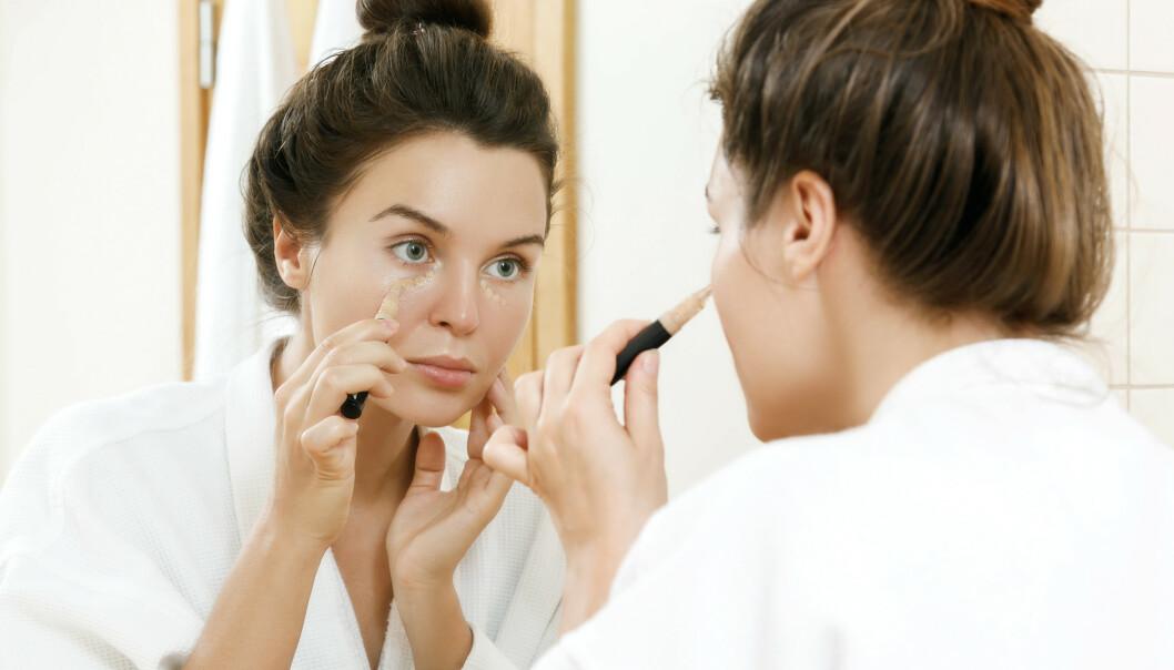 CONCEALER: Å trylle vekk mørke ringer med sminke er lettere sagt enn gjort, heldigvis vet makeup artist Linda Wickmann råd! FOTO: NTB Scanpix