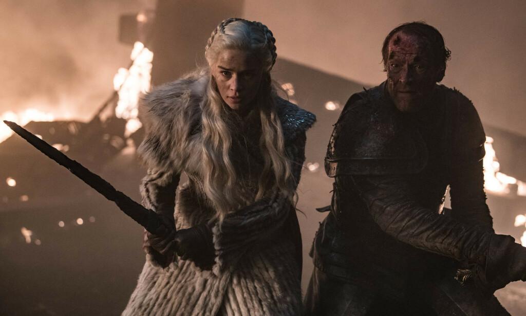 LITT MER DØDELIG: Daenerys måtte til pers på bakken denne uka. Hadde det ikke vært for at Jorah dukket opp fra intet, kunne det gått ille. Med henne, altså. Han gikk det uansett ille med, men det hadde vi vel regnet med. Foto: HBO NORDIC