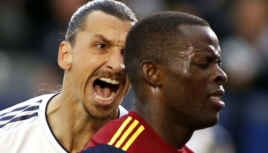 LA Galaxy's Zlatan Ibrahimovic får kritikk etter sin aggressive oppførsel mot Nedum Onuoha da han ble matchvinner mot Real Salt Lake City i MLS søndag. Foto: Katharine Lotze/Getty Images/AFP / NTB scanpix