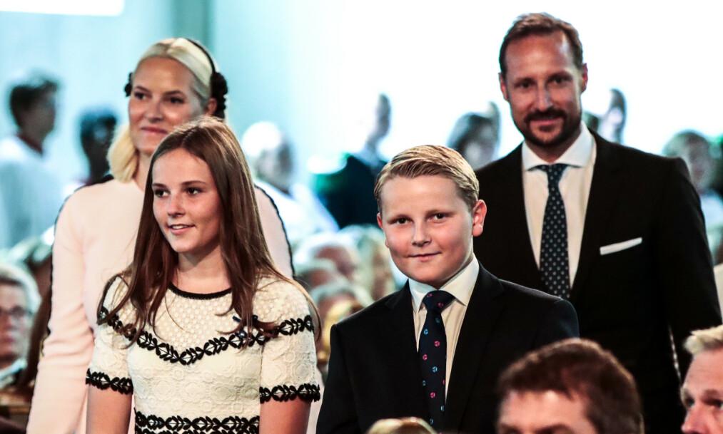 <strong>- GI RÅD:</strong> Kronprins Haakon har, i likhet med sine forfedre, tjenestegjort i militæret. Nå forteller han derimot at hans barn selv får bestemme hva de ønsker å gjøre. Her er han fotografert med kronprinsesse Mette-Marit, prinsesse Ingrid Alexandra og prins Sverre Magnus i sommer. Foto: NTB scanpix
