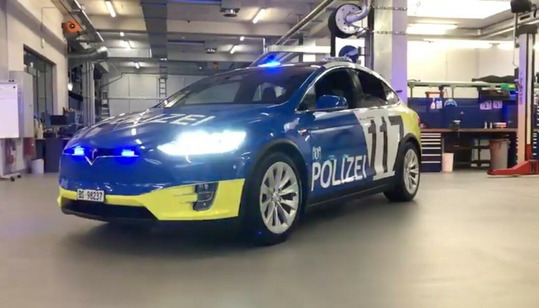 <strong>EL-POLITIBIL:</strong> Sveitsisk politibil har allerede utvidet bilflåten med flere elektriske biler. Til neste år skal Norge vurdere om de vil følge etter. Foto: Skjermdump, Youtube