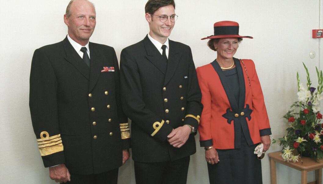 <strong>STOLT:</strong> Kronprins Haakon, her fotografert da han mottok sine eksamenspapirer fra Sjøkrigsskolen i 1995, sier at barna hans skal få bestemme selv om de ønsker seg en karriere i Forsvaret. Foto: NTB scanpix