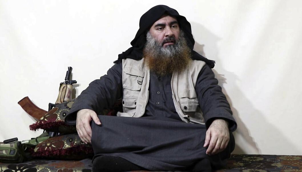 IS-LEDER: Stillbilde fra videoen viser det som skal være Abu Bakr-al Baghdadi. Foto: Al-Furqan via AP / NTB scanpix