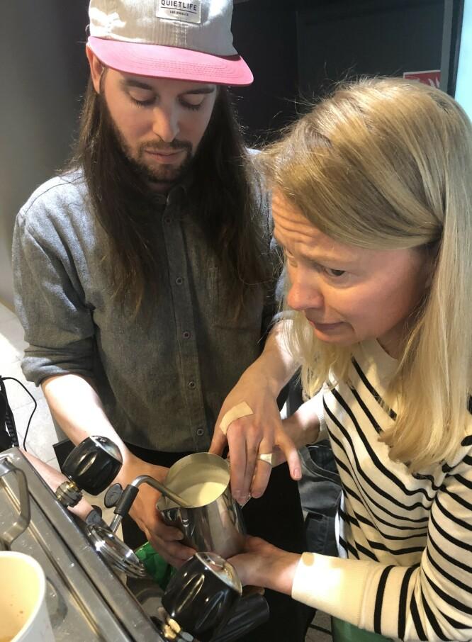 THIS IS IT!: Konsentrasjonen er til å ta og føle på idet dampen slippes løs i melka. Barrista Lars Huse guider med stø hånd. FOTO: Ingvild Kjøde.