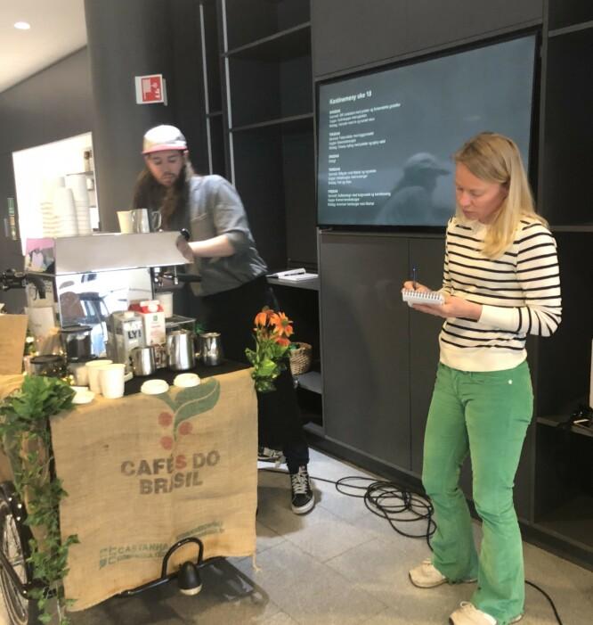 IVRIG ELEV: Lars Huse forklarer melkeskummingens kunst, mens journalist Hege Løvstad Toverud suger til seg kunnskap. FOTO: Ingvild Kjøde