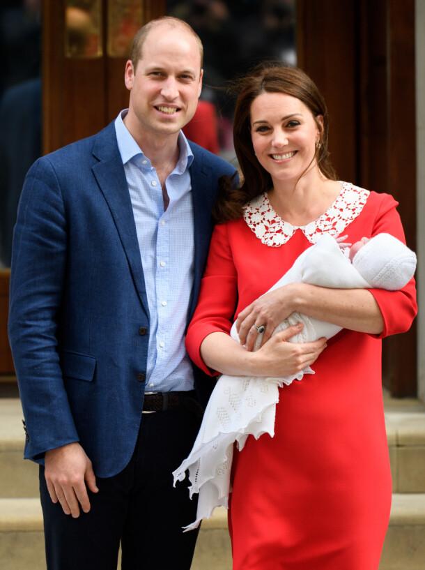 TREBARNSMOR: Prins Harry og hertuginne Kate sammen med yngstesønnen prins Louis utenfor St Mary's Hospital i London i april 2018. Foto: Tim Rooke/ REX/ NTB scanpix