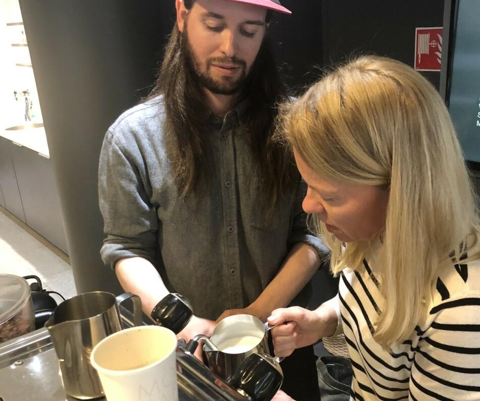 KAFFELIVETS SKOLE: Journalist Hege Løvstad Toverud går livets melkeskole hos barista Lars Huse. FOTO: Ingvild KJøde