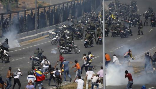 Sammenstøt i Caracas – pansret kjøretøy inn i folkemengde
