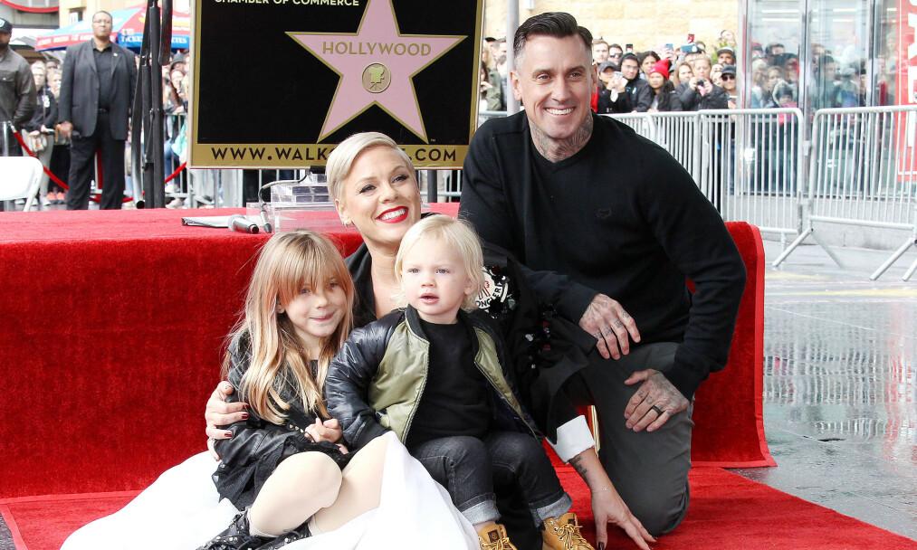 <strong>FAMILIE:</strong> Her er Pink med barna Willow og Jameson, samt ektemannen Carey Hart. Foto: NTB Scanpix