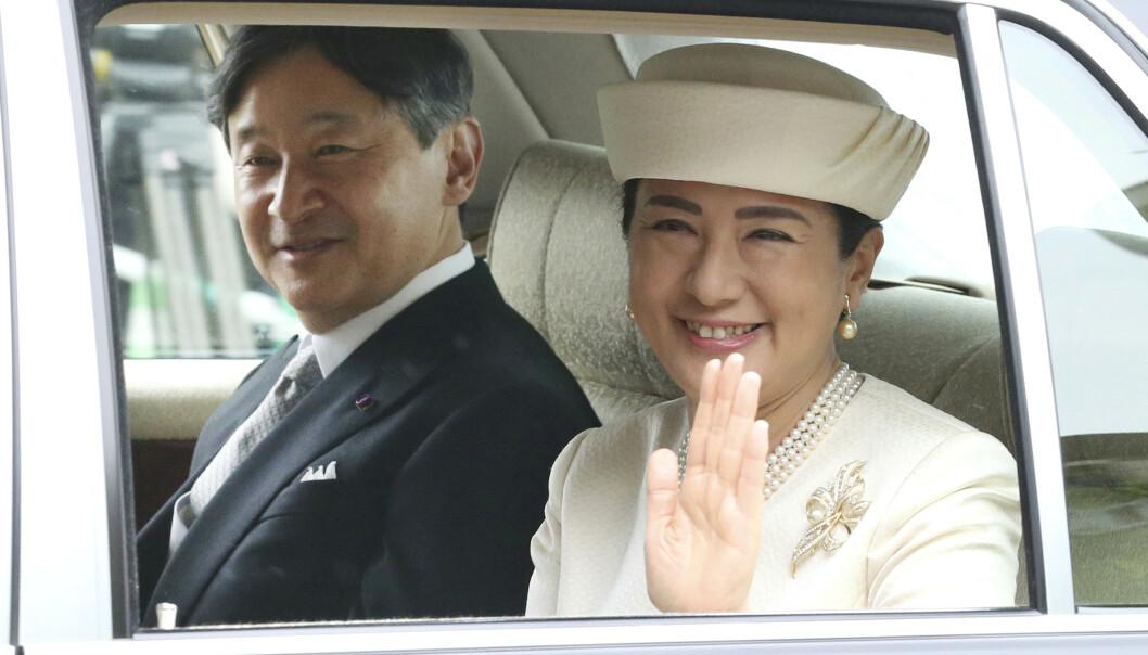 NYE MONARKER: Ved midnatt ble Naruhito utpekt som ny keiser i Japan. Fram til nå har han vært kronprins, men hans fars abdiksjon i går åpnet nye muligheter. Her er han fotografert sammen med kona, keiserinne Masako, onsdag morgen. Foto: NTB scanpix