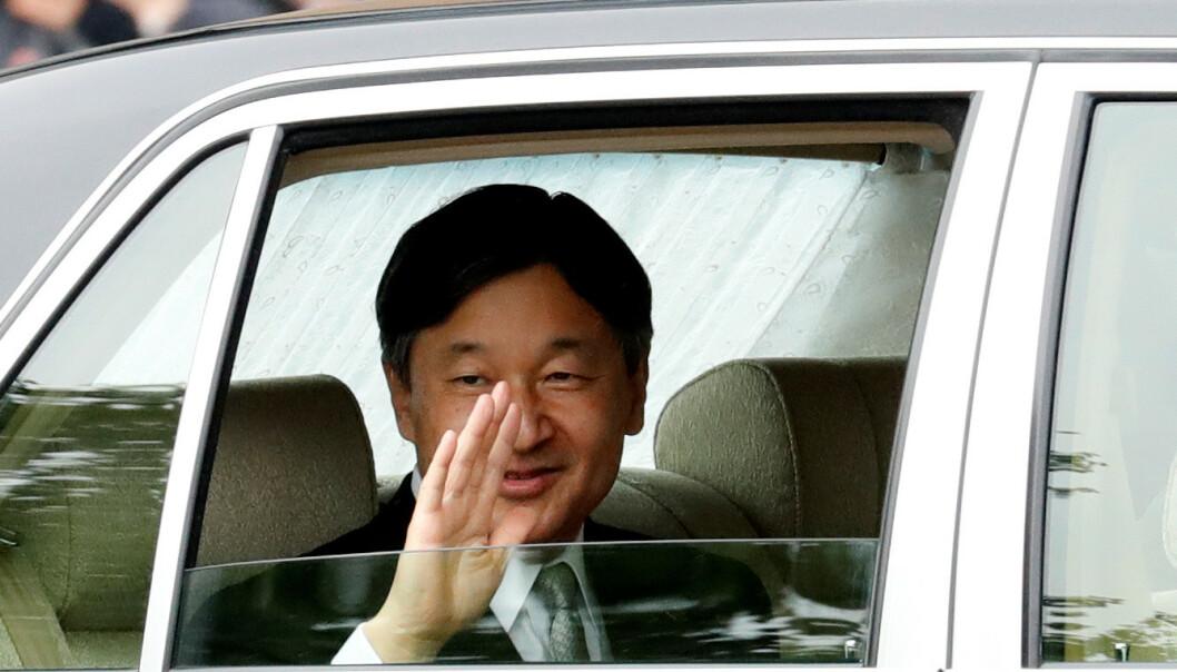 STOLT: Det var en smilende keiser som viste seg fram for japanerne onsdag morgen. Foto: NTB scanpix