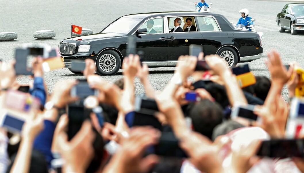 HURRA: Tusenvis hadde møtt opp for å feire den nye regenten. Foto: NTB scanpix