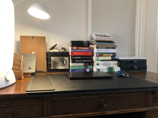 Pulten til Patricia Aas preges av mer bøker enn datamaskiner. 📸: Privat