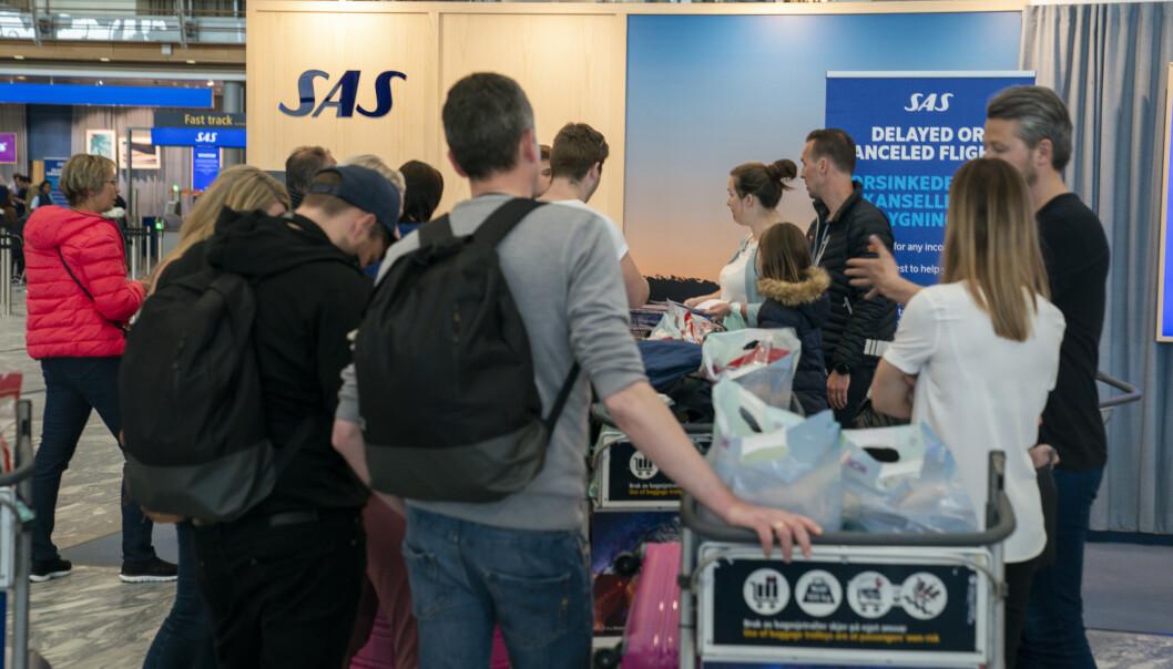 Passasjerer søker hjelp hos SAS service personale på Oslo lufthavn Gardermoen i forbindelse med SAS streiken mandag ettermiddag. Foto: Heiko Junge / NTB scanpix
