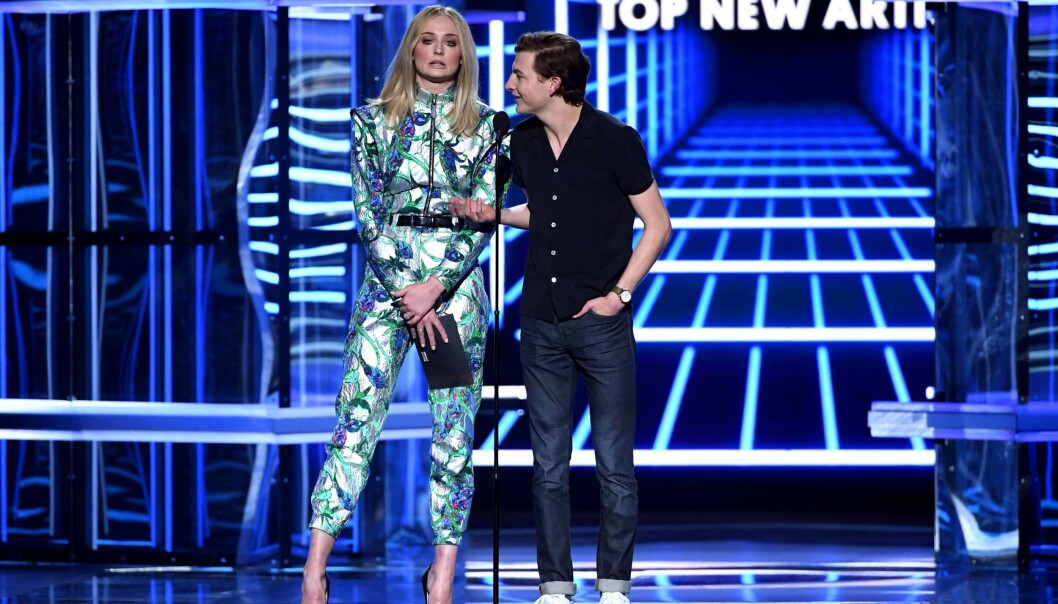 SAMME KVELD: Bare timer før seremonien sto Turner på scenen sammen med Tye Sheridan på Billboard Music Awards. Foto: NTB scanpix