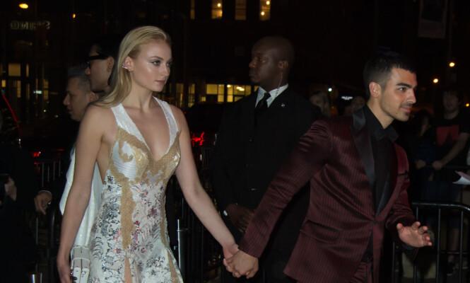 HÅND I HÅND: Sophie Turner og Joe Jonas under Met-gallaens etterfest i mai 2017. Foto: NTB Scanpix