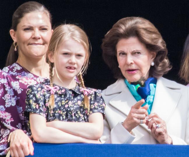 TIPS OG RÅD: Bestemor dronning Silvia har tatt på seg rollen som mentor for barnebarnet prinsesse Estelle - som en vakker dag skal overta tronen etter mamma prinsesse Victoria. FOTO: NTB Scanpix
