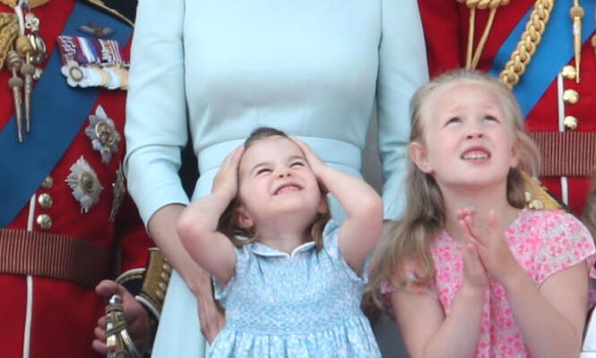 <strong>GRIMASER:</strong> Prinsesse Charlotte jublet og skar grimaser mens hun så på det som foregikk i skyene. Foto: NTB Scanpix