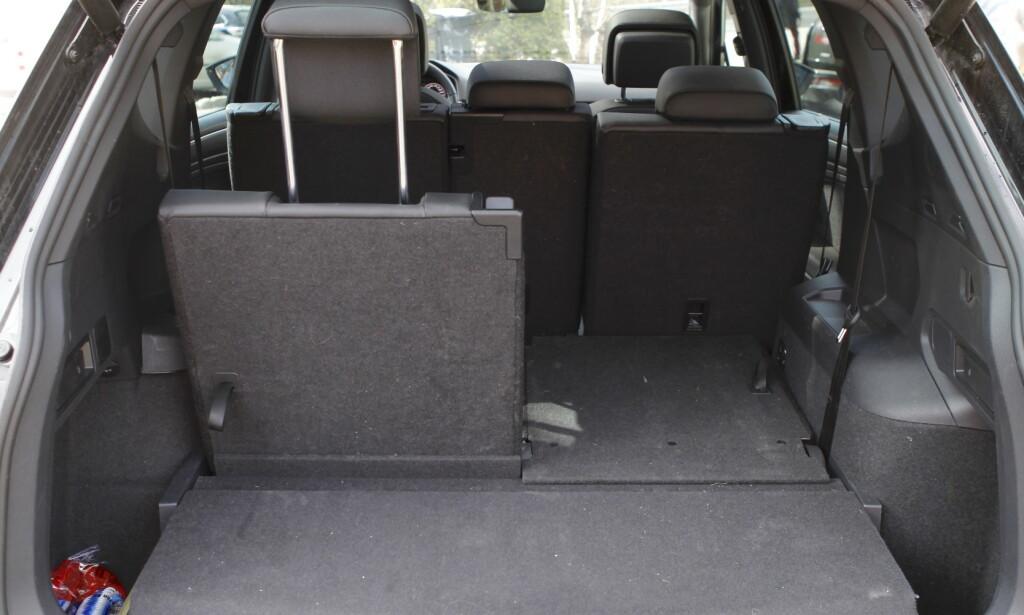 PLASS-SMART: Det er greit med plass bak den bakerste seteraden også. Foto: Espen Stensrud