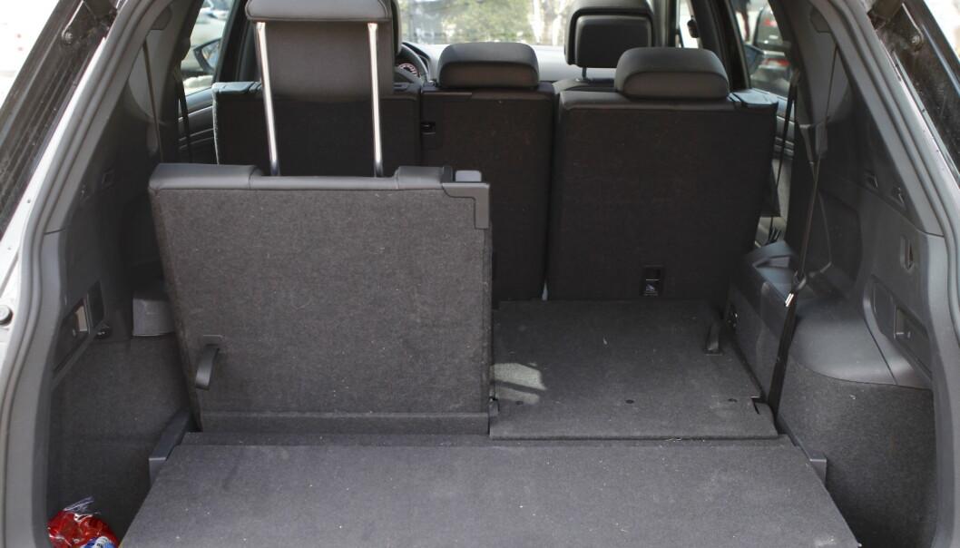 <strong>PLASS-SMART:</strong> Det er greit med plass bak den bakerste seteraden også. Foto: Espen Stensrud
