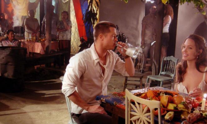 FLØRT: Brad Pitt og Angelina Jolie skal ha funnet tonen under innspillingen av actionfilmen «Mr. & Mrs. Smith», som fant sted mens førstnevnte fremdeles var gift med kona gjennom fem år, Jennifer Aniston. Foto: NTB Scanpix