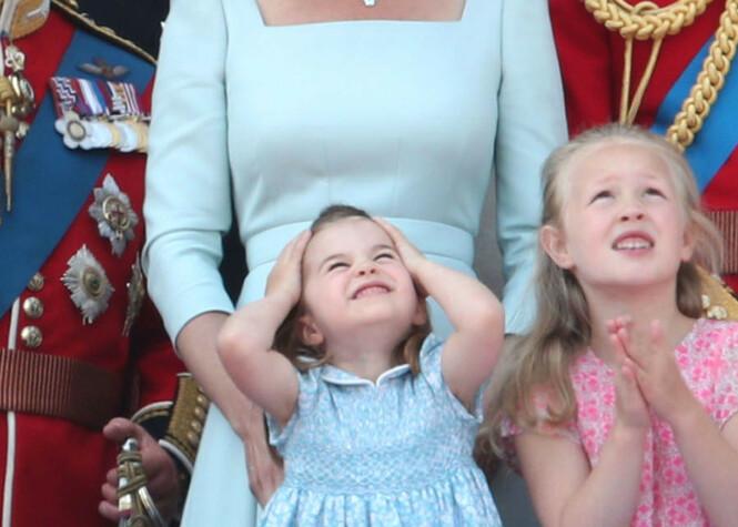 GRIMASER: Prinsesse Charlotte jublet og skar grimaser mens hun så på det som foregikk i skyene. Foto: NTB Scanpix