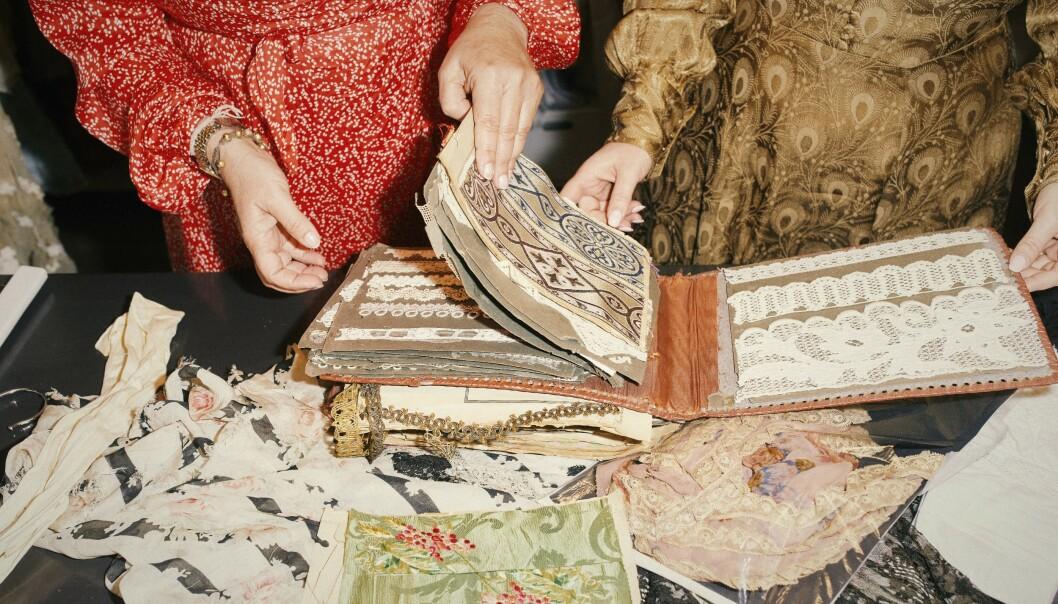 STOR SAMLING: Designer Tine Mollatt lar seg inspirere av den store samlingen med vintage-plagg hun har opparbeidet over 15 år. Foto: Ole Martin Halvorsen